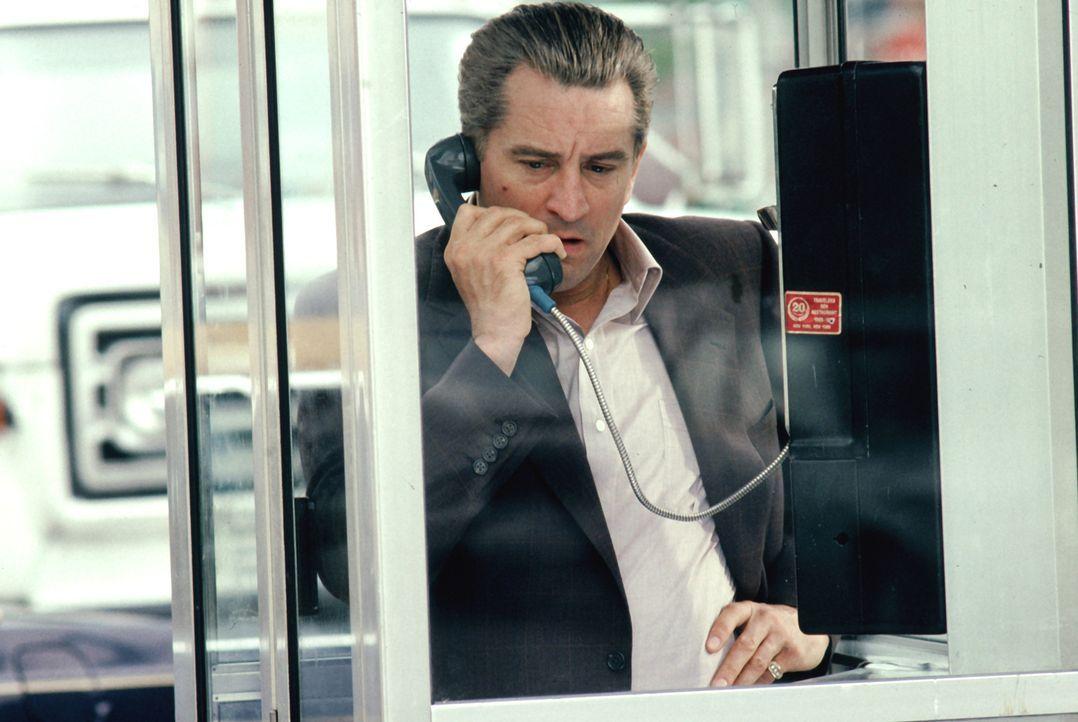 """Auf der Suche nach dem Verräter: Mafioso Jimmy """"The Gent"""" Conway (Robert De Niro) gibt seinen Leuten  die Anweisung, Henry Hill ausfindig zu machen... - Bildquelle: Warner Bros."""
