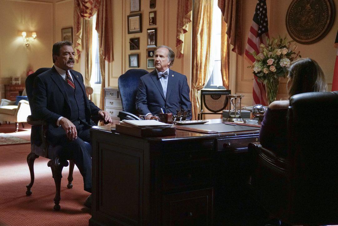 (v.l.n.r.) Frank (Tom Selleck); Carlton Miller (Mark Linn-Baker); Mayor Dutton (Lorraine Bracco) - Bildquelle: John Paul Filo 2017 CBS Broadcasting Inc. All Rights Reserved.