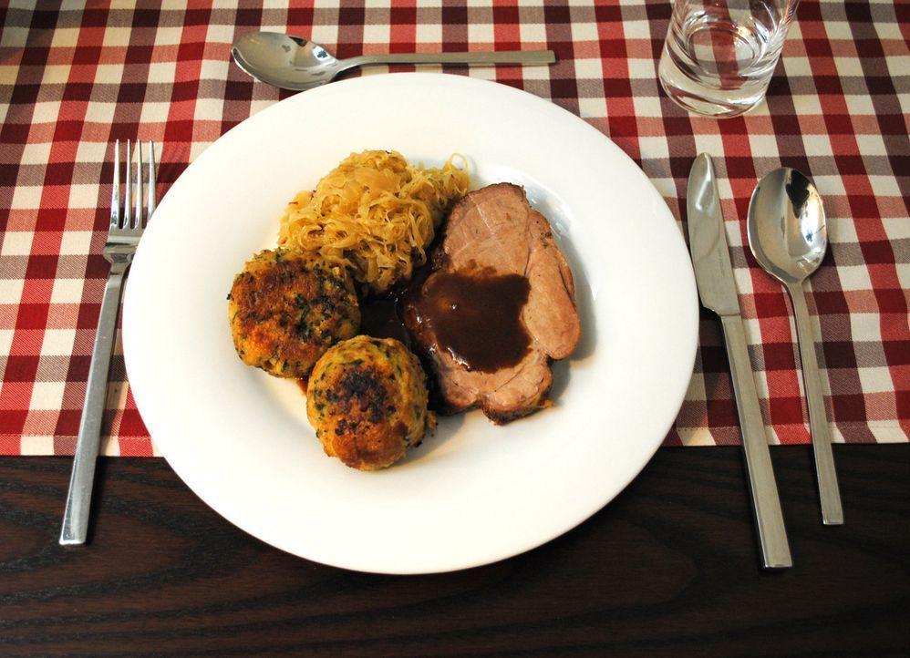 Schweinebraten mit Speckknödeln und Sauerkraut - deftige Hausmannskost, die beim finalen Testessen serviert wird ... - Bildquelle: kabel eins
