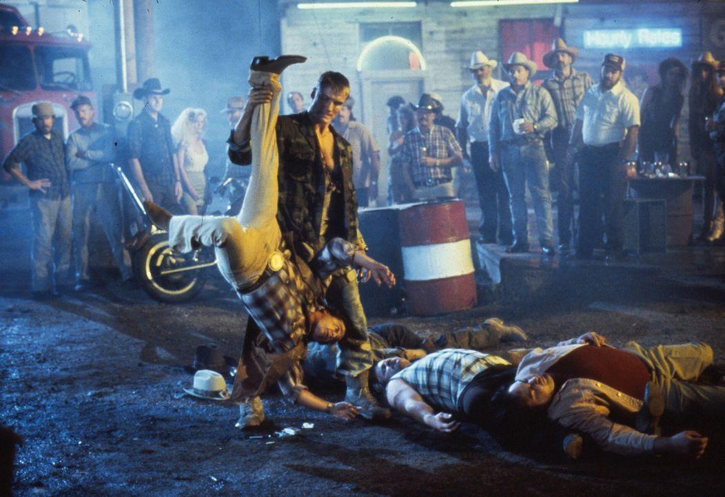 Andrew (Dolph Lundgren, stehend) ist ein Universal Soldier, eine perfekte Killermaschinen ohne Erinnerung und ohne Gewissen ... - Bildquelle: 1992 TriStar Pictures