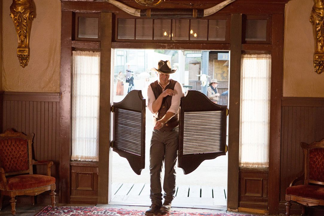 Versucht, in einem Wild-West-Resort, einen Mord aufzudecken: Castle (Nathan Fillion) ... - Bildquelle: ABC Studios