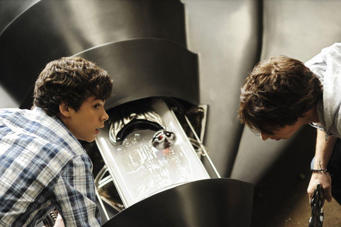 Die beiden Brüder Nick (Kelly Blatz, r.) und Tyler (Joey Pollari, l.) stolpern am Stadtrand über ein abgestürztes Ufo, das sie verstecken. Das ha... - Bildquelle: Disney