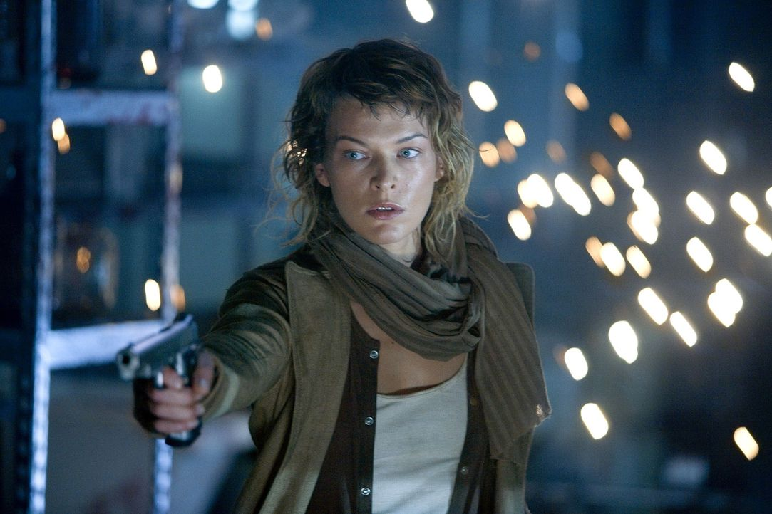 Menschen, die sich durch ein Virus in Untote verwandelt haben, stellen sich Alice (Milla Jovovich) in den Weg ... - Bildquelle: Constantin Film