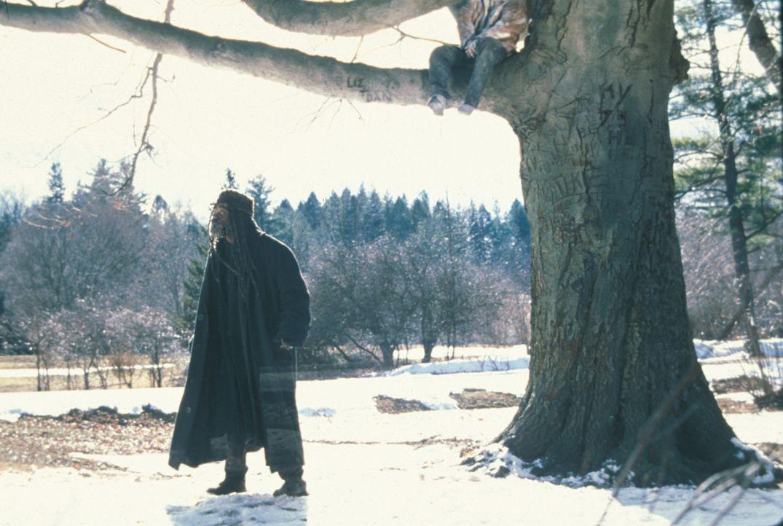 Am Valentinstag findet Romulus (Samuel L. Jackson, l.) außerhalb seiner Höhle den gefrorenen Leichnam des jungen Ausreißers Scotty Gates in einem... - Bildquelle: Francise Productions