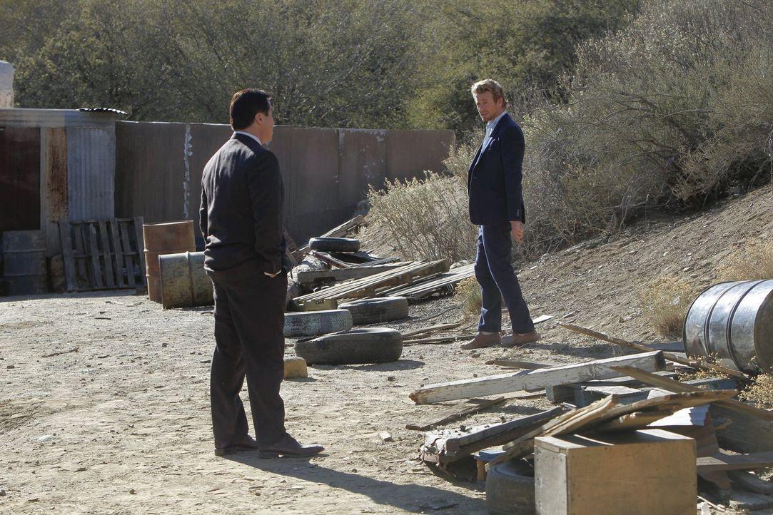 Warum wurde eine US-Anwältin in Mexiko dicht hinter der Grenze erschossen aufgefunden? Cho (Tim Kang, l.) und Jane (Simon Baker, r.) entdecken einen... - Bildquelle: Warner Bros. Television