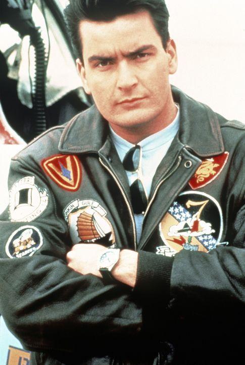 """Der begnadete Pilot Sean """"Topper"""" Harley (Charlie Sheen) lebt seit einiger Zeit bei Indianern, um seinen Vaterkomplex zu bewältigen. Eines Tages ho... - Bildquelle: The 20th Century Fox Film Corporation"""