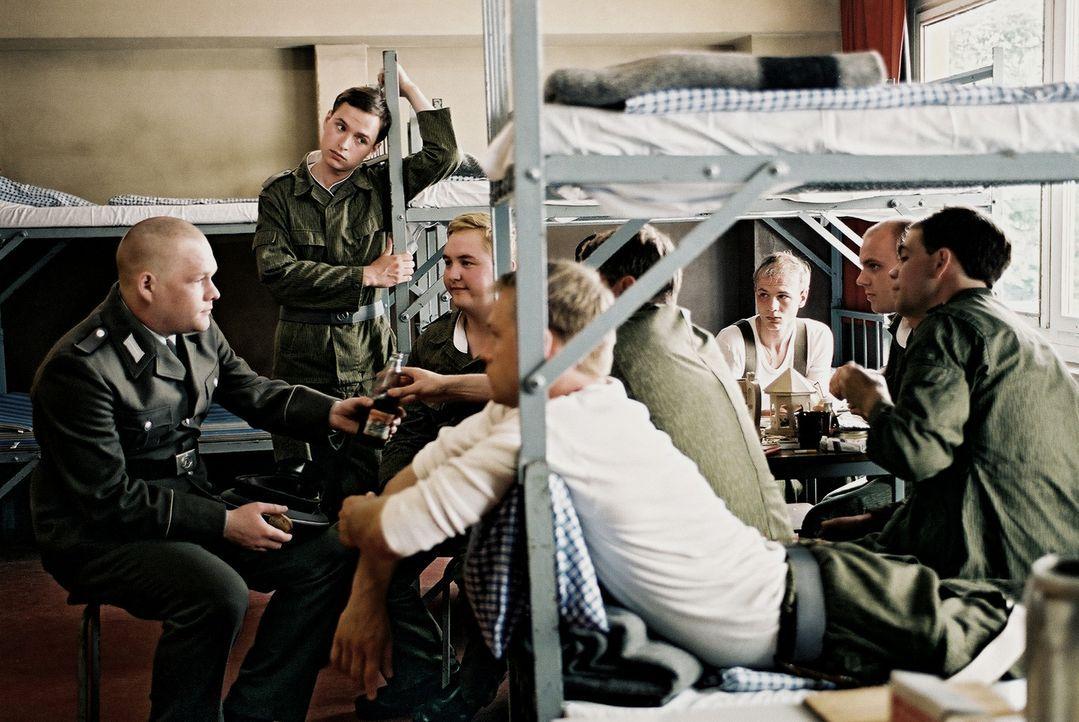 Neben all den Schikanen, Übungen, Befehlen und Appellen finden die jungen Soldaten (Oliver Bröcker, l. und Kim Frank, 2.v.l.) aber immer Zeit für... - Bildquelle: Delphi