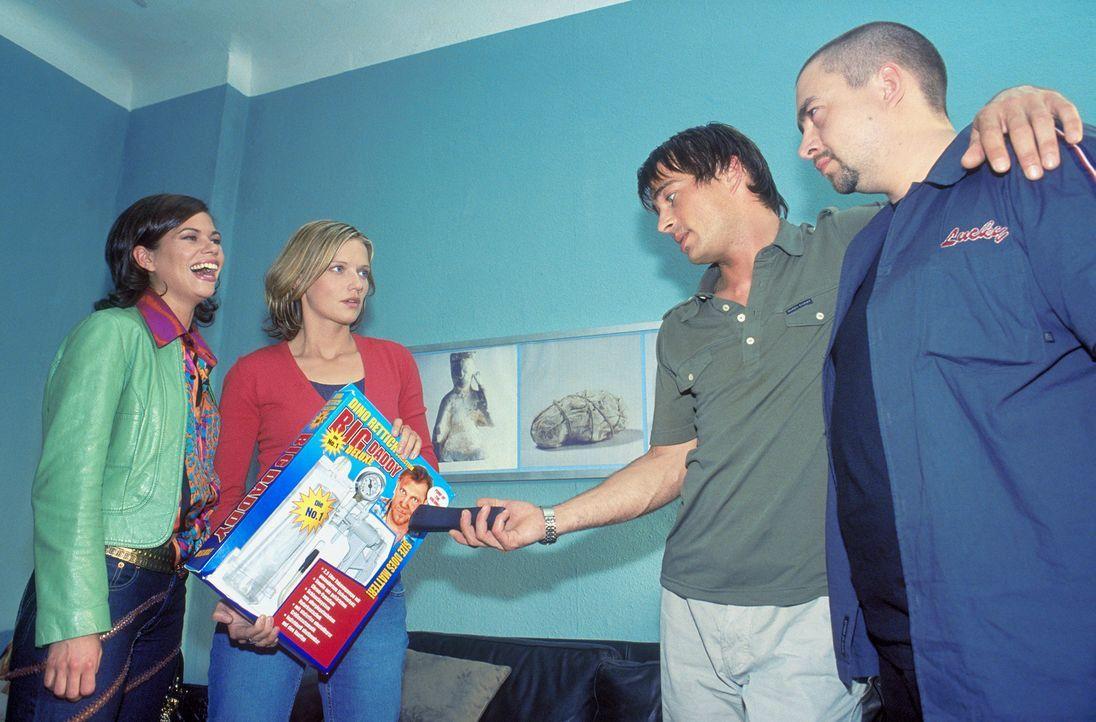 Als Lara (Doreen Jacobi, 2.v.l.) und Nicole (Rita Lengyel, l.) das delikate Corpus Delicti in seiner Wohnung entdecken, kann sich Mark (Jan Sosniok,... - Bildquelle: Gordon Mühle ProSieben