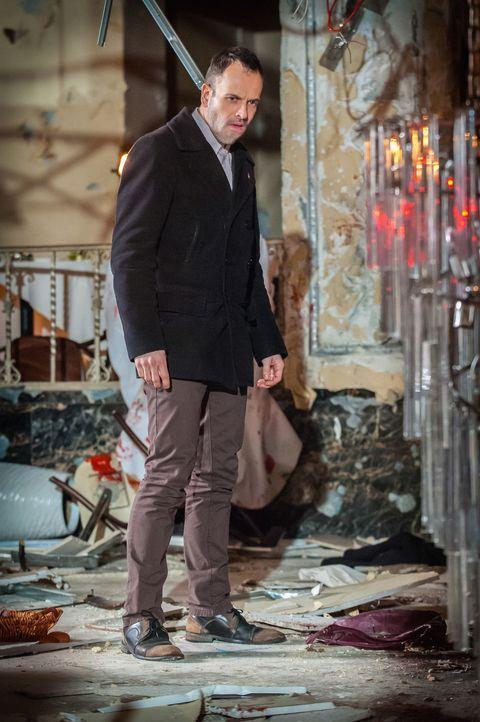 Der geniale Ermittler Sherlock Holmes (Jonny Lee Miller) inspiziert den Tatort einer Bombenexplosion und zieht daraus wie immer spitzfindige Schlüss... - Bildquelle: CBS Television
