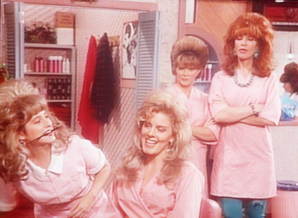 Peggy (Katey Sagal, r.) und Marcy (Amanda Bearse, 2.v.r.) vermuten, dass die kesse Ginger (Elizabeth Keifer, 2.v.l.) ein Verhältnis mit Al hat. - Bildquelle: Columbia Pictures