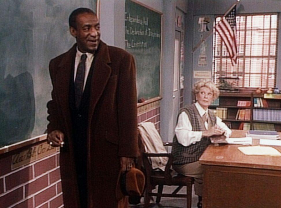 Rudys Lehrerin (Elaine Stridge, r.) befiehlt Cliff (Bill Cosby, l.), hundertmal an die Tafel zu schreiben, dass er nicht die Hausaufgaben seiner Kin... - Bildquelle: Viacom