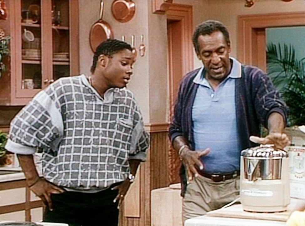 Cliff (Bill Cosby, r.) erklärt seinem Sohn Theo (Malcolm-Jamal Warner, l.) die Vorzüge seiner neuesten Errungenschaft, eines Entsafters. - Bildquelle: Viacom