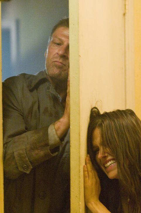 Ihr Anhalter (Sean Bean, l.) entpuppt sich schon sehr bald als eiskalter Psychopath. Jim und Grace (Sophia Bush, r.) können ihm zwar zunächst entkom...