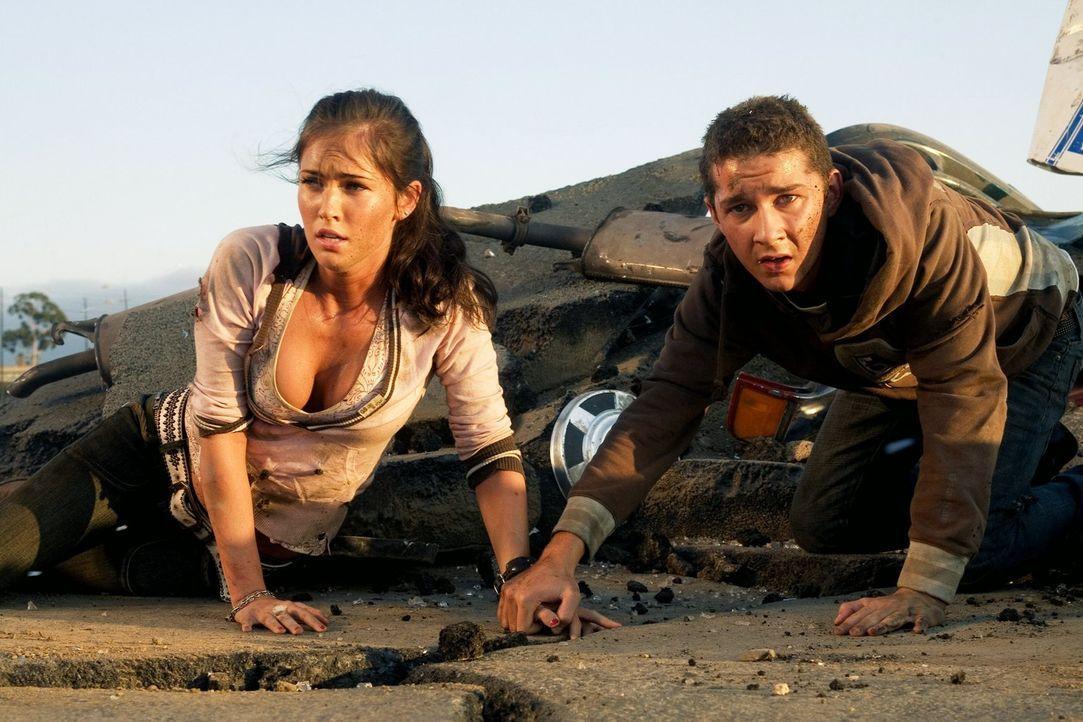 Eigentlich war Mikaela (Megan Fox, l.) nur an Sams (Shia LaBeouf, r.) Auto interessiert, doch nach und nach interessiert sie sich auch für den Mann.... - Bildquelle: 2008 DREAMWORKS LLC AND PARAMOUNT PICTURES CORPORATION. ALL RIGHTS RESERVED.