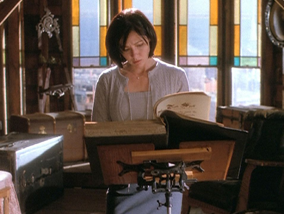 """Prue (Shannen Doherty) entdeckt im """"Buch der Schatten"""" einen Zauberspruch, der alle dazu zwingt, die Wahrheit zu sagen ... - Bildquelle: Paramount Pictures"""