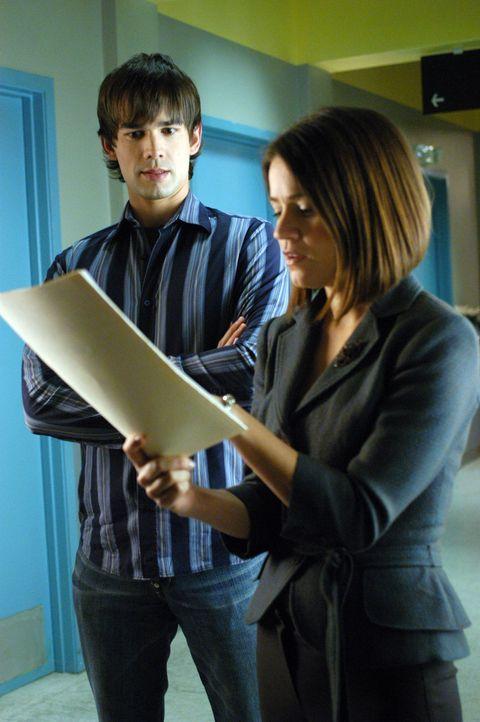 Eva (Anna Belknap, r.) und Miles (Christopher Gorham, l.) versuchen das Rätsel einer seltsamen Krankheit zu lösen ... - Bildquelle: CBS Television