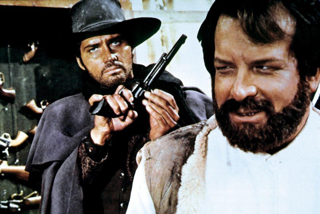 Bei seinem Kampf gegen den Bandenboss Elfego zählt Bill Kiowa (Brett Halsey, l.) auf die Kraft des Iren O'Bannion (Bud Spencer, r.). Denn Elfego hat...