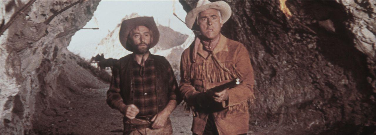 Die beiden mutigen Freunde Old Wabble (Paddy Fox, l.) und Old Surehand (Stewart Granger, r.) wagen sich in die Höhle des Löwen ... - Bildquelle: Warner Bros.