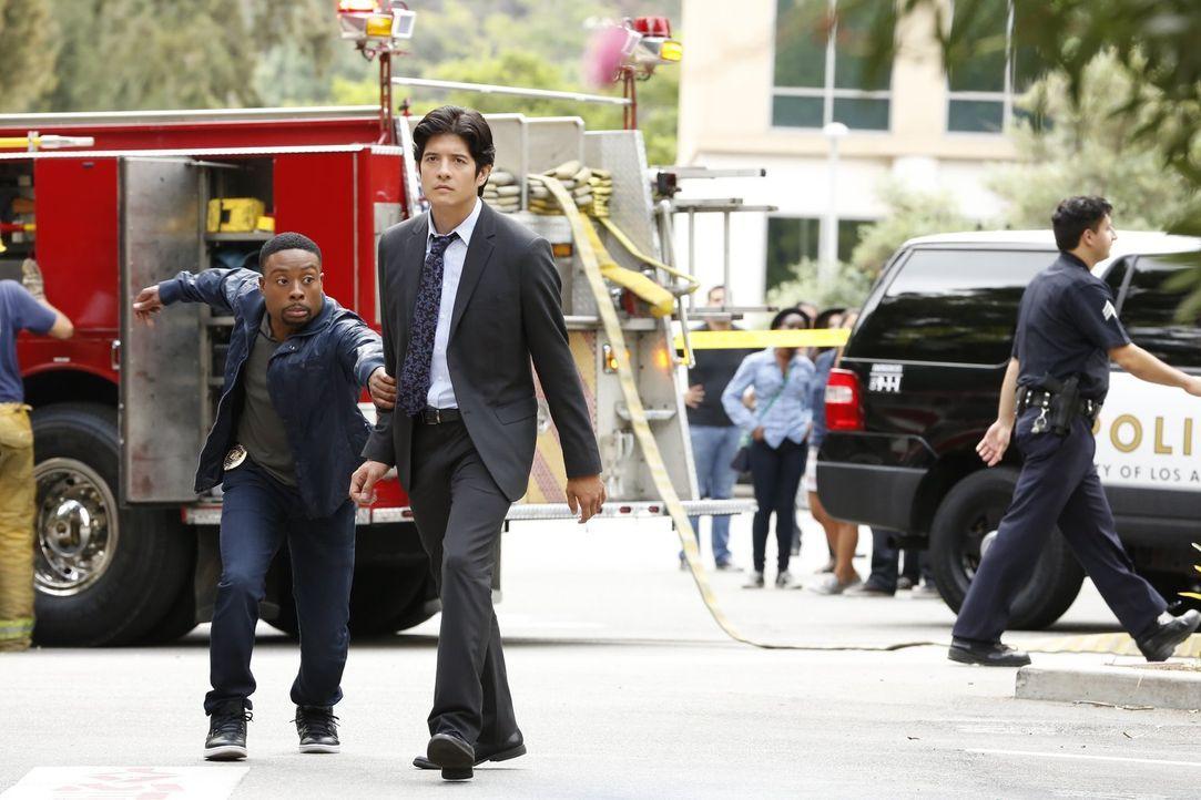Stadtrat Pena wird in seinem Auto in die Luft gesprengt. Carter (Justin Hires, l.) und Lee (Jon Foo, r.) müssen nun den Täter fassen, bevor es weite... - Bildquelle: Warner Brothers
