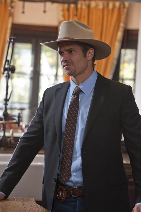 Raylan Givens (Timothy Olyphant) und Art überbringen einem Kunstsammler einen Pfändungsbeschluss. Kurz darauf wird dieser tot in seinem Haus aufge... - Bildquelle: 2010 Sony Pictures Television Inc. and Bluebush Productions, LLC. All Rights Reserved.