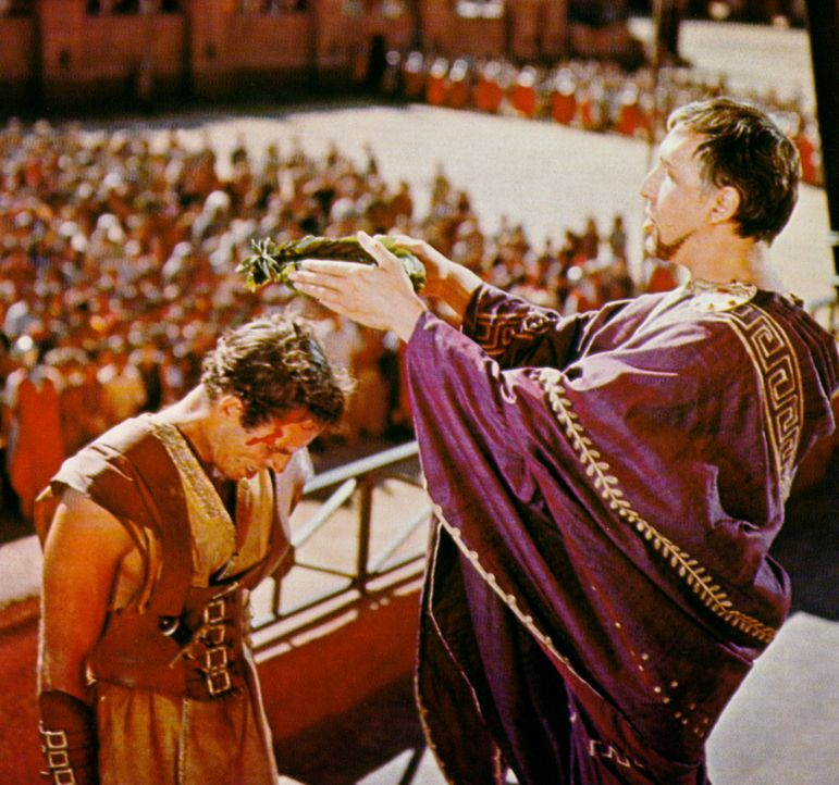 Nach dem Wagenrennen empfängt Ben Hur (Charlton Heston, l.) von Pontius Pilatus (Frank Thring, r.) den Lorbeerkranz des Siegers ... - Bildquelle: Metro-Goldwyn-Mayer (MGM)
