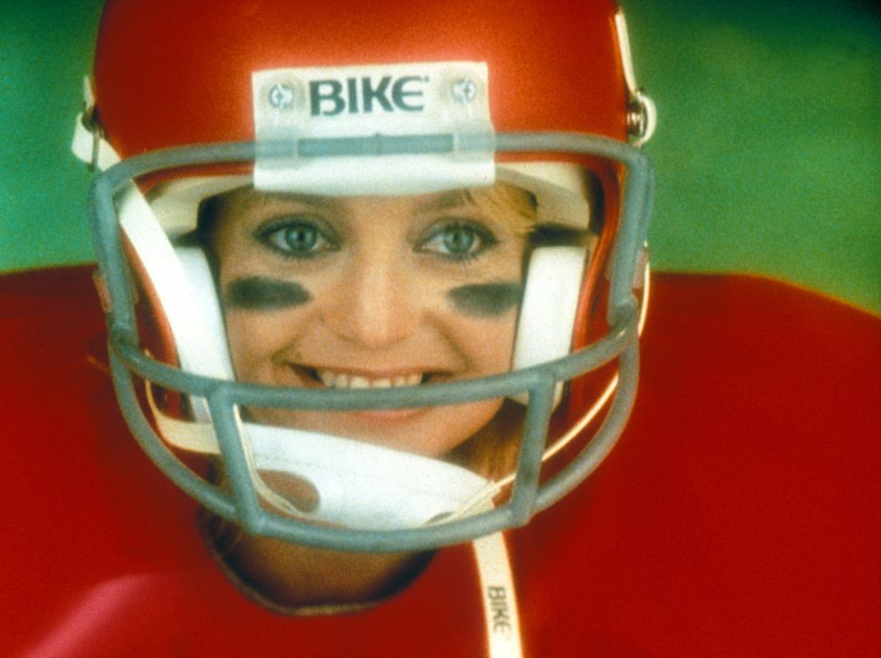 Um das erfolglose Schulteam auf Vordermann bringen zu können, schlüpft Trainerin Molly McGrath (Goldie Hawn) auch selbst ins Football-Dress ... - Bildquelle: Warner Bros.