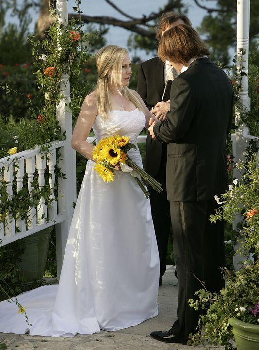 Blick in die Vergangenheit: Allison (Patricia Arquette, l.) und Joe (Jake Weber, r.) heiraten ... - Bildquelle: Paramount Network Television