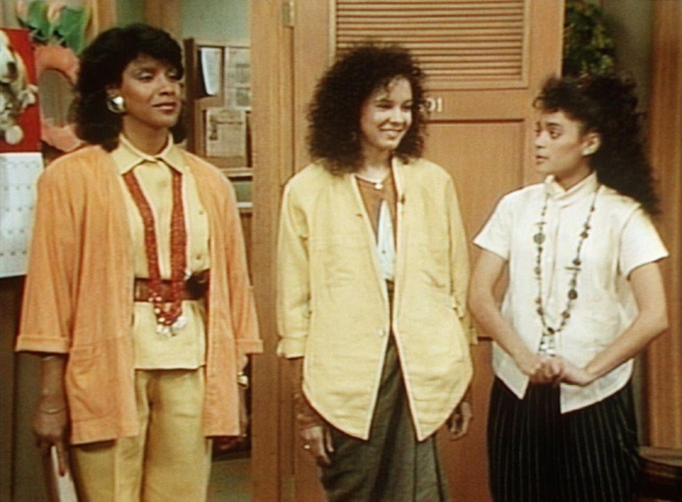 Denise (Lisa Bonet, r.) hat zwar noch schnell aufgeräumt, doch den strengen Blicken von Clair (Phylicia Rashad, l.) und Sondra (Sabrina LeBeauf, M.... - Bildquelle: Viacom