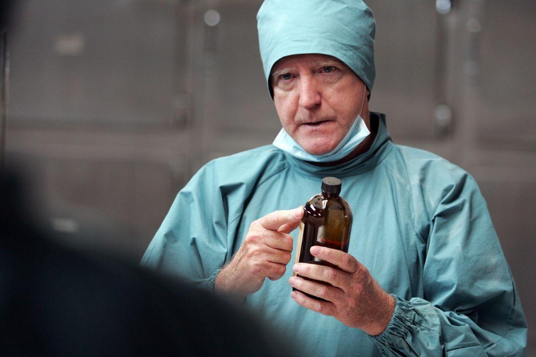Ein Arzt (Scott Wilson) eines US-amerikanischen Militärstützpunktes entsorgt gemeinsam mit seinem koreanischen Kollegen Dr. Lee alte Formaldehydvorr... - Bildquelle: MFA