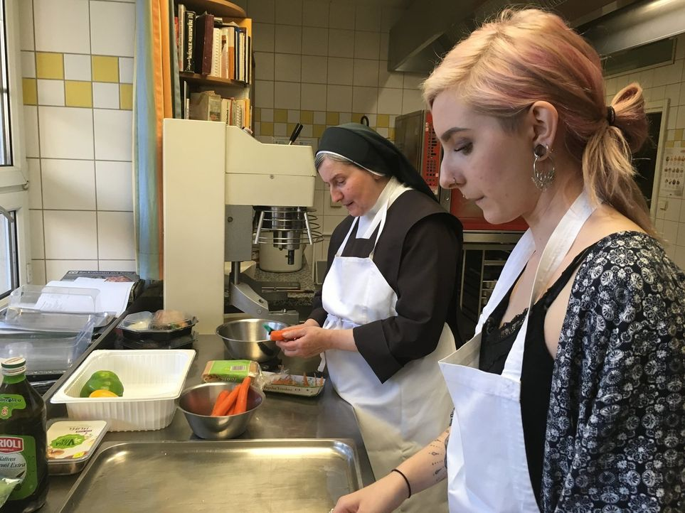 Schwester Daniela (l.); Maria (r.) - Bildquelle: kabel eins