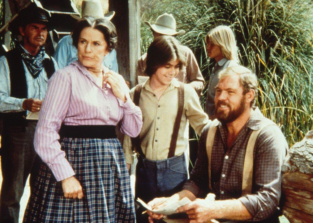 Harriet Oleson (Katherine MacGregor, 2.v.r.) möchte von Garvey (Merlin Olsen, r.) ein Autogramm. Garveys Sohn Andy (Patrick Laborteaux, M.) ist sto... - Bildquelle: Worldvision