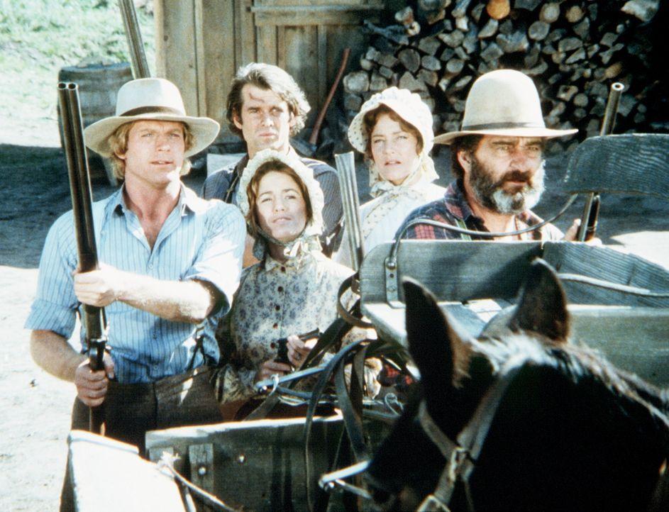 Almanzo (Dean Butler, l.) und Laura (Melissa Gilbert, 2.v.l.) verteidigen gemeinsam mit Mr. Edwards (Victor French, r.) die Farm von John (Stan Ivar... - Bildquelle: Worldvision