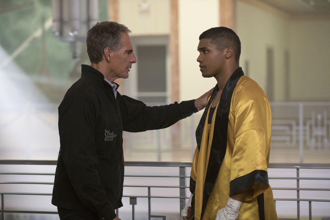 Während der Ermittlungen trifft Agent Pride (Scott Bakula, l.) auf den Petty Officer Johnny Rudd (Rome Flynn, r.). Ist dieser der Schlüssel zum Räts... - Bildquelle: 2017 CBS Broadcasting, Inc. All Rights Reserved