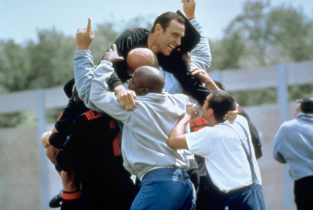 Die unsportlichen, unzuverlässigen und unberechenbaren Verbrecher scheinen für die Mannschaft der Gefängniswärter keine ernsthaften Gegner zu sein.... - Bildquelle: Paramount Pictures