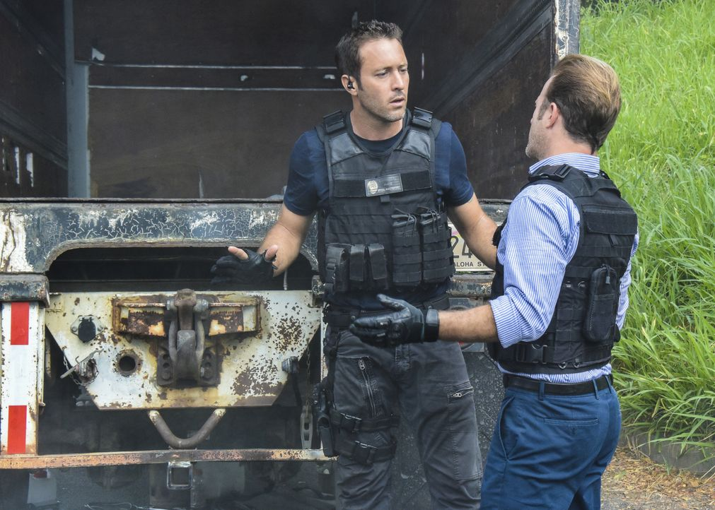 Ein Fall, der es in sich hat, wartet auf Steve (Alex O'Loughlin, l.) und Danny (Scott Caan, r.) ... - Bildquelle: Norman Shapiro 2017 CBS Broadcasting, Inc. All Rights Reserved / Norman Shapiro