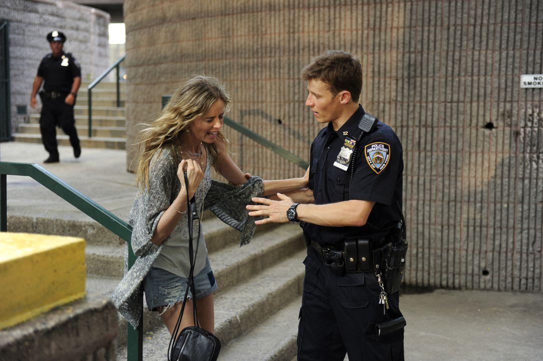 Bei einem Einsatz retten Jamie (Will Estes, r.) und Eddie eine Frau namens Sophia (Ricki Lander, l.) vor ihrem gewalttätigen Freund. Als dieser jedo... - Bildquelle: Jeffrey R. Staab 2014 CBS Broadcasting Inc. All Rights Reserved.