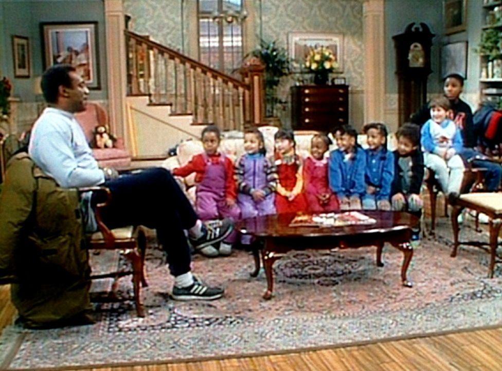 Cliff (Bill Cosby, l.) ist erstaunt, dass seine acht Schützlinge urplötzlich mucksmäuschenstill und verdächtig artig sind. - Bildquelle: Viacom