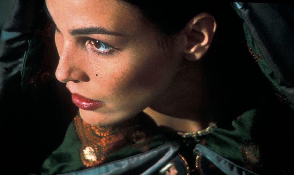 Etienne setzt alles daran, den Mord an Vidocq aufzuklären, und wird dabei von Préah (Inés Sastre) mit Hinweisen versorgt ... - Bildquelle: Studio Canal