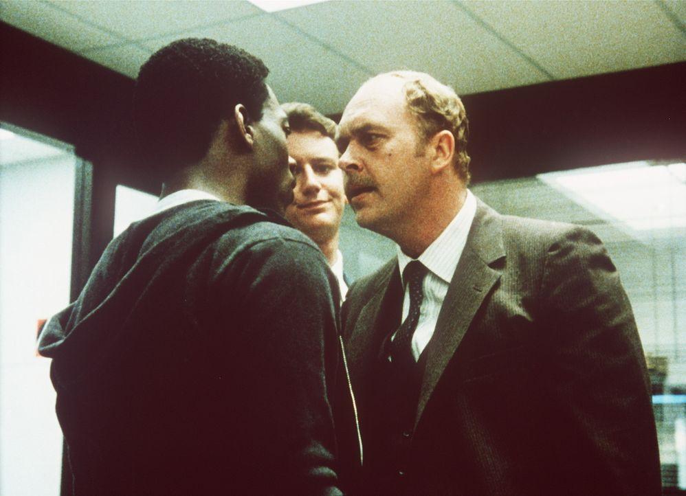Mit seinen unkonventionellen Methoden und seiner großen Klappe ist Axel (Eddie Murphy, l.) seinen Vorgesetzten und seinen Kollegen in LA ein Dorn i... - Bildquelle: Paramount Pictures