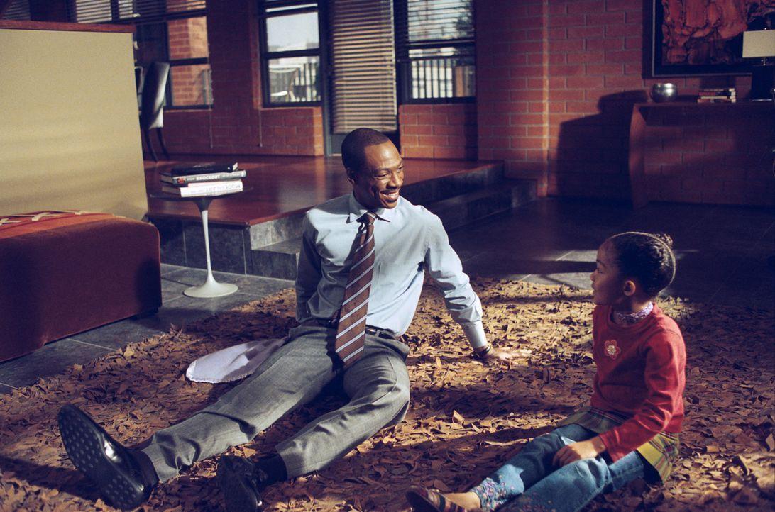 Durch eine ganz besondere Kuscheldecke, finden der erfolgreiche Finanzchef Evan Danielson (Eddie Murphy, l.) und seine Tochter Olivia (Yara Shahidi,... - Bildquelle: 2009 BY PARAMOUNT PICTURES. ALL RIGHTS RESERVED