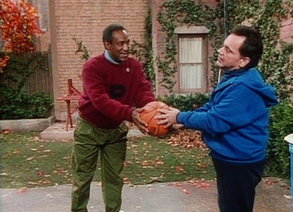 Cliff (Bill Cosby, l.) versucht, seinem Freund Alfred (Ray Mattis, r.) ein paar Baseballtricks beizubringen. - Bildquelle: Viacom