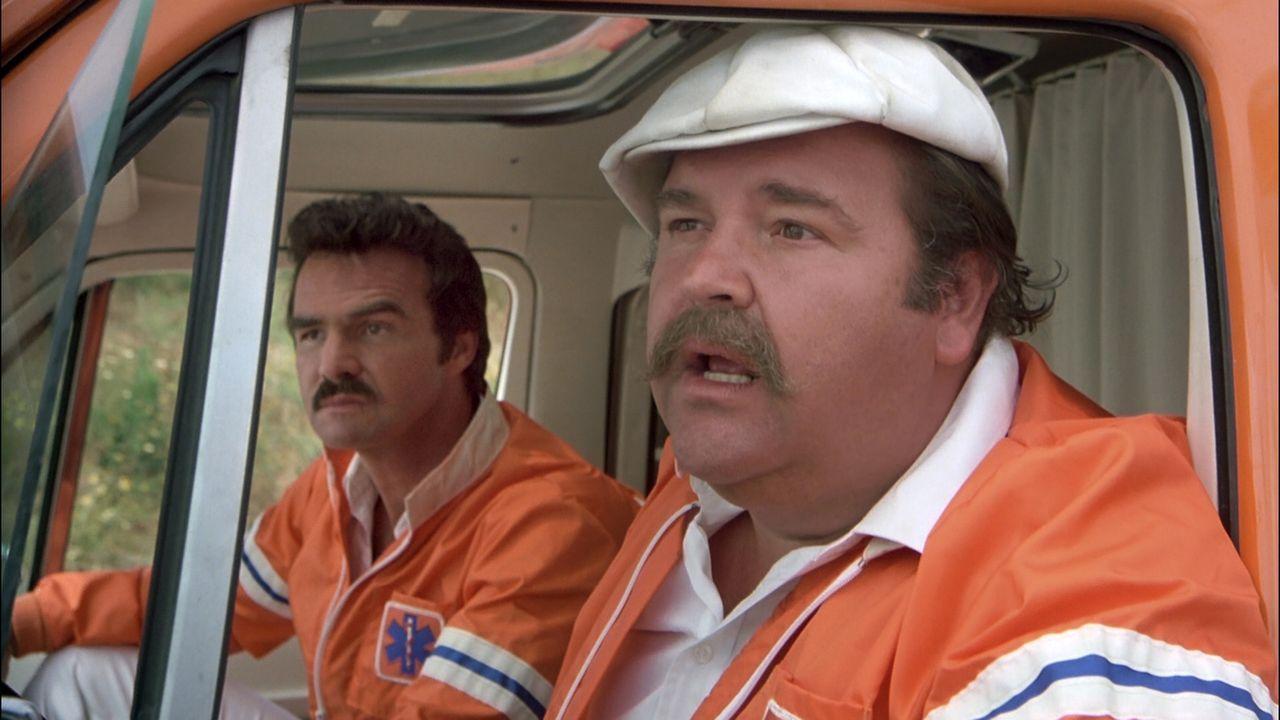 J. J. McClure (Burt Reynolds, l.); Victor Prinzim (Dom DeLuise, r.) - Bildquelle: 2010 Fortune Star Media Limited.