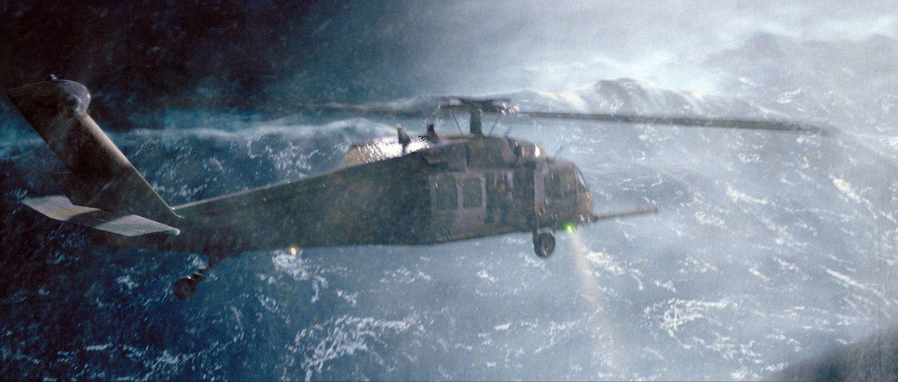 Dem Hubschrauber geht nach einigen misslungenen Rettungsversuchen der Treibstoff aus, und eine Luftbetankung schlägt fehl. Da stürzt der Hubschraube... - Bildquelle: Warner Bros. Pictures