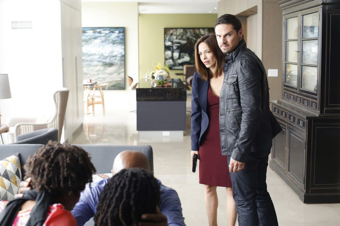 Nachdem Cat (Kristin Kreuk, l.) und Vincent (Jay Ryan, r.) Deputy Secretary Hill und seine Familie vor einem Mann gerettet haben, der Informationen... - Bildquelle: Marni Grossman 2016 The CW Network. All Rights Reserved.