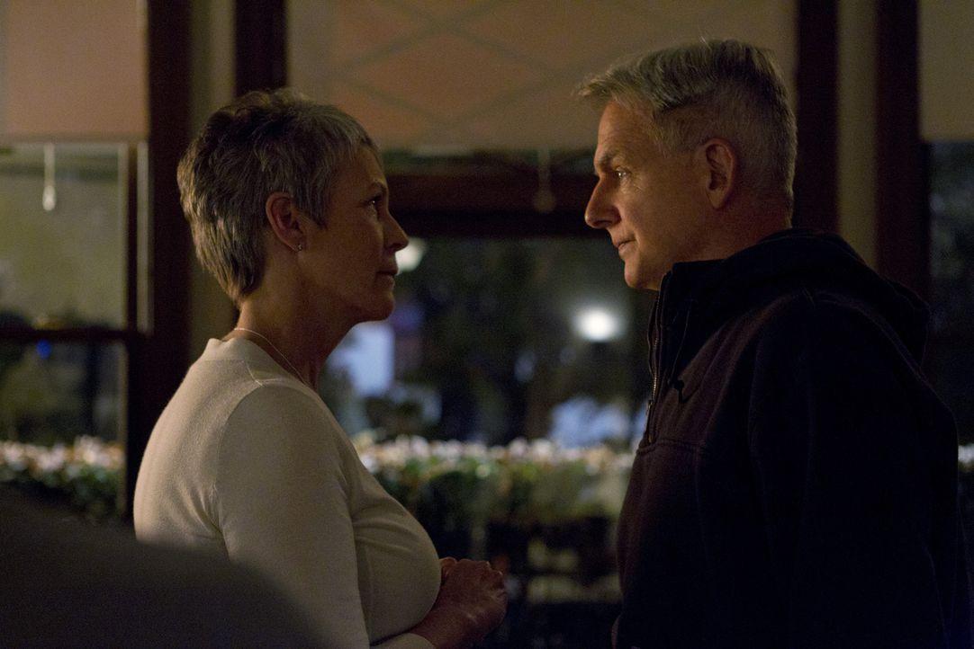 Was läuft zwischen Gibbs (Mark Harmon, r.) und Dr. Samantha Ryan (Jamie Lee Curtis, l.)? - Bildquelle: 2012 CBS Broadcasting Inc. All Rights Reserved.