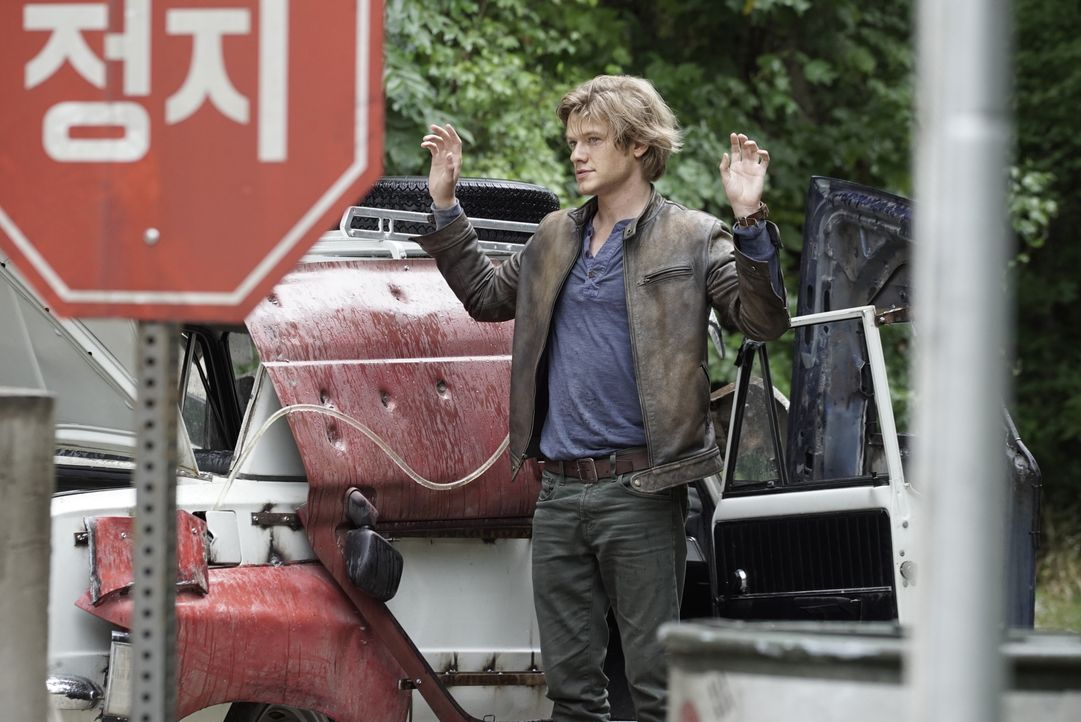 "Eine CIA-Agentin, die als verdeckte Ermittlerin in der venezolanischen Hauptstadt Caracas arbeitet, wird entführt. Angus ""Mac"" MacGyver (Lucas Till)... - Bildquelle: Jace Downs 2016 CBS Broadcasting, Inc. All Rights Reserved / Jace Downs"