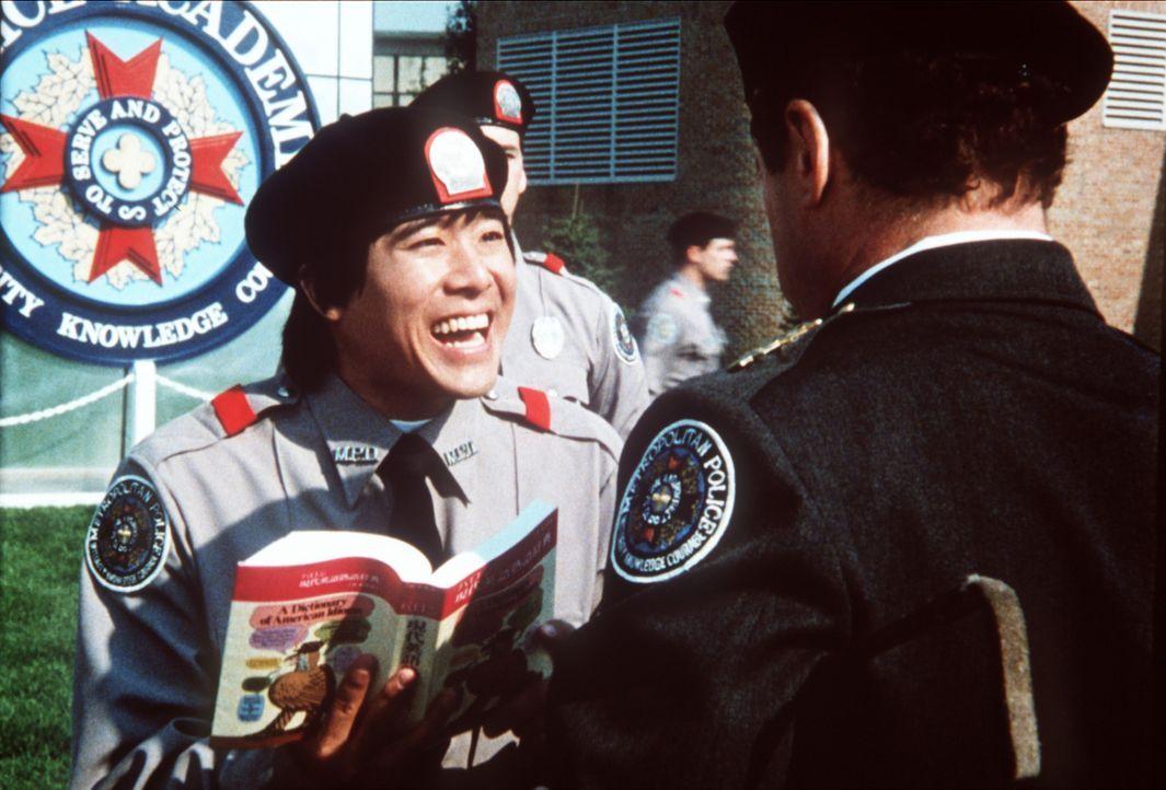 Der japanische Austauschstudent Nogata (Brian Tochi) hat noch Probleme mit der englischen Sprache ... - Bildquelle: Warner Bros.