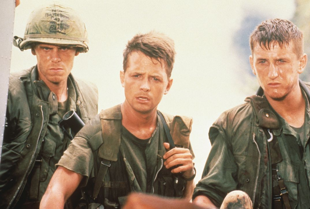 Nahezu schutzlos sind die Soldaten Clark (Don Harvey, l.), Eriksson (Michael J. Fox, M.) und Meserve (Sean Penn, r.) dem grausamen Vietnam-Krieg aus... - Bildquelle: 1989 Columbia Pictures Industries, Inc. All Rights Reserved.