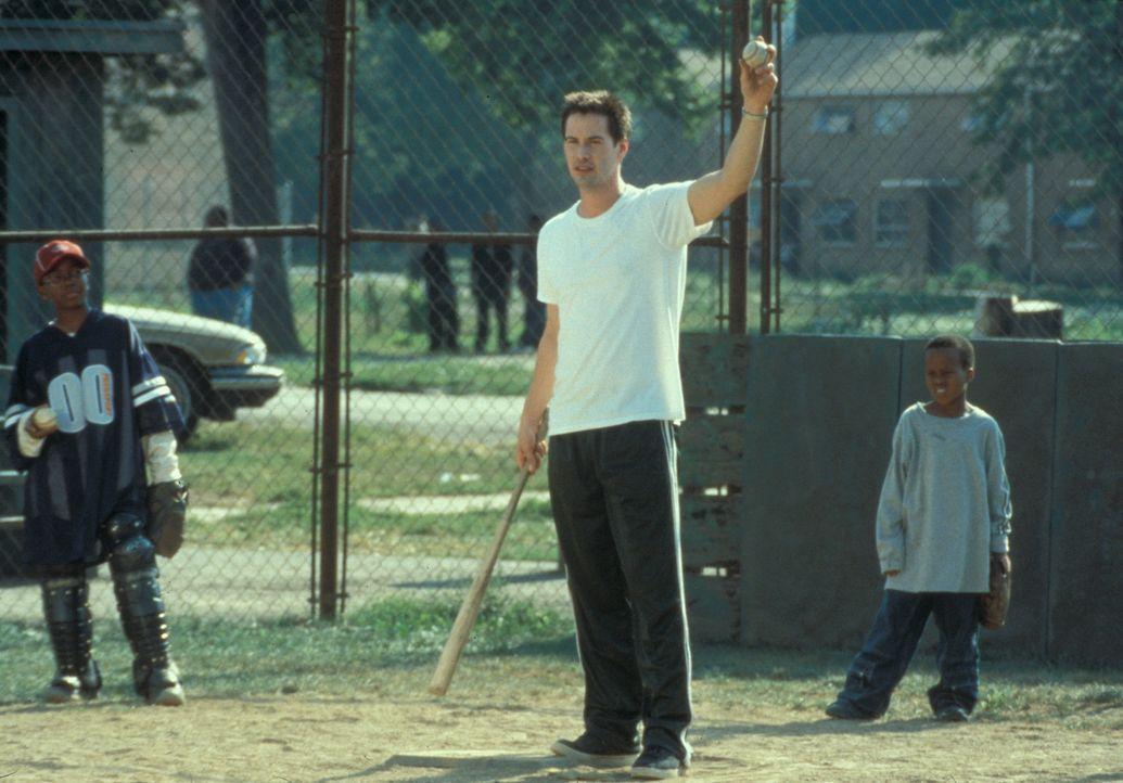Mit einer Begeisterung, die anfangs etwas zurückhaltend war, trainiert Conor (Keanu Reeves, M.) seine Jungs Ray-Ray (Brian M. Reed, l.) und G-Baby... - Bildquelle: Paramount Pictures