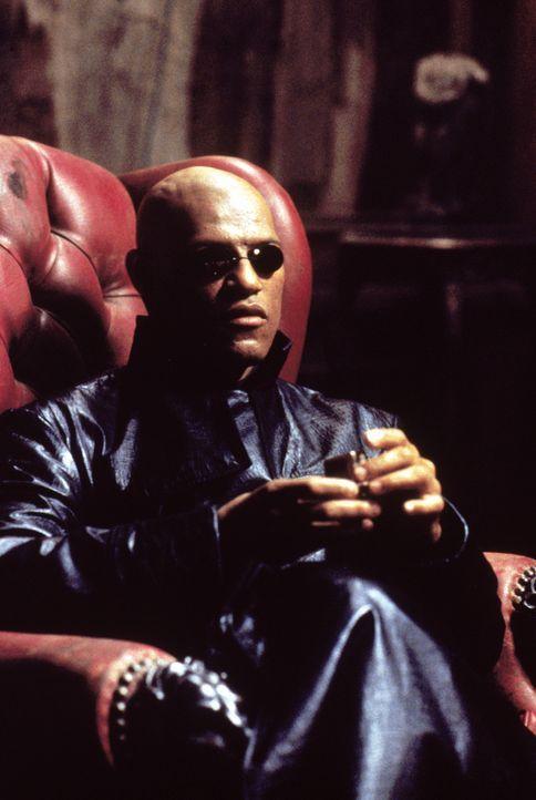 Neo trifft den mysteriösen Morpheus (Laurence Fishburne), der ihn vor eine Wahl stellt. Er kann alles, was er bisher gesehen hat, vergessen und zurü... - Bildquelle: Warner Bros. Pictures